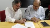 Caio Magri(esq.), do Ethos, e Leo Torresan, da Amarribo Brasil, assim termo de cooperação sobre os Indicadores de Transparência. Crédito: Instituto Ethos/Divulgação